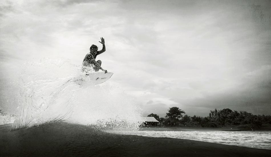 "Iketut Suartha, local de Sanur, gran conocedor de Keramas, donde pasa mas tiempo en el aire que en el agua. Iketut Suartha, local of Sanur, connoisseur of Keramas, where he spends more time in the air than in water. Image: <a href=\""http://lucashoot.blogspot.com\"">Tozzi</a></em></strong>."