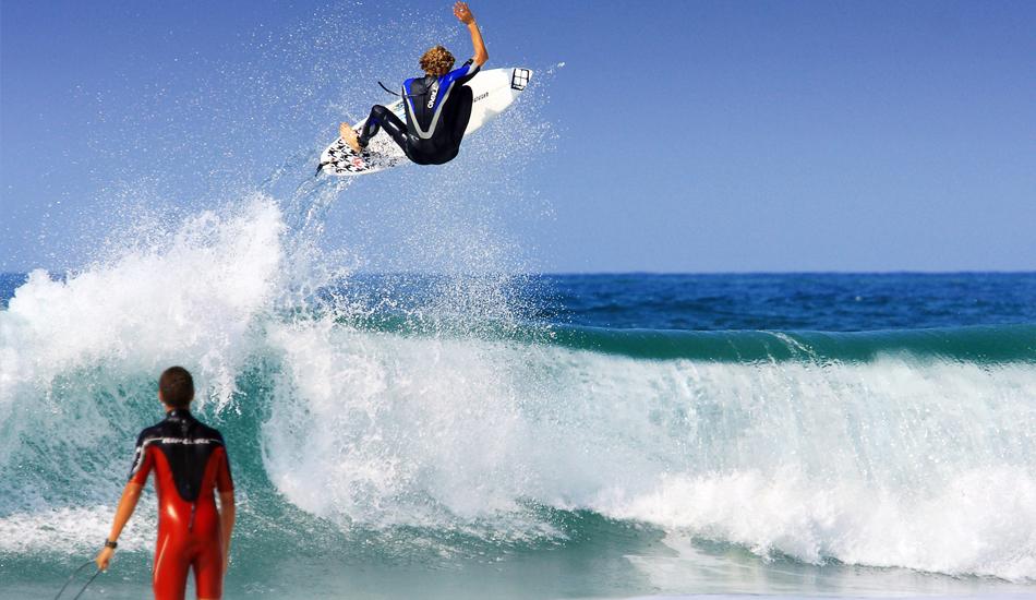 """Si te estas iniciando en el surf, entras al agua y ves a Kai Otton Airlines, tienes dos opciones: darte la vueta y comprarte una raqueta de tenis, o pensar: ese voy a ser yo en unos años... If you are a beginner, walk into the water and you see Kai Otton Airlines, you have two choices: turn around and buy a tennis racket, or think, that will be me in a few years. Image: <a href=\""""http://lucashoot.blogspot.com\"""">Tozzi</a></em></strong>."""