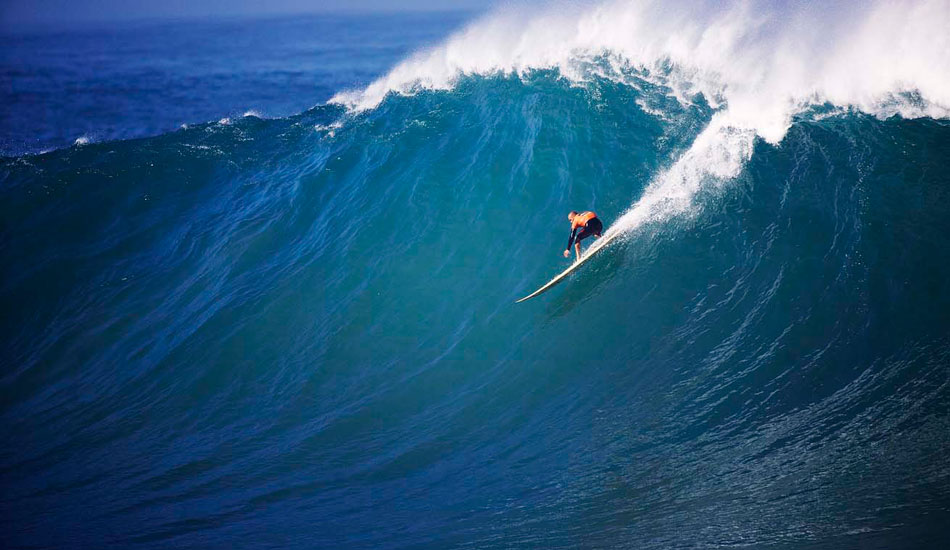"PERFECT 1O. Kelly Slater\'s Perfect 10 at the 2010 In Memory of Eddie Aikau. Photo: <a href=""http://www.luciagriggi.com/\"" target=_blank>Lucia Griggi</a>"
