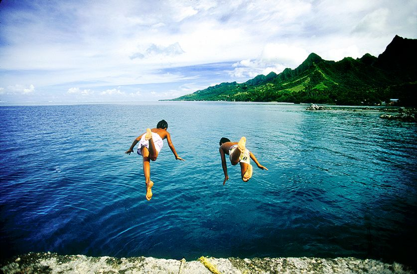 "1995. Moorea Bay. Two local kids playing. Photo: <a href=""http://www.artbrewer.com\"" target=_blank>Art Brewer</a>"