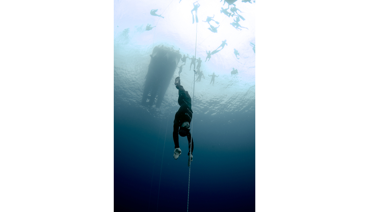 "William Trubridge doing a 97 meter Constant No Fins dive. Photo: <a href=\""http://liabarrettphotography.com/\"" target=_blank>Lia Barrett</a>"