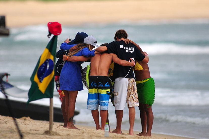 Team Brazil getting a little huddle in before the action. Photo: ISA/Tweddle