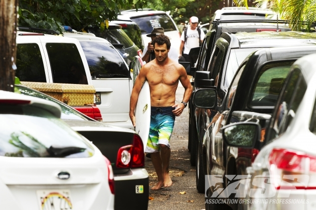 As the surfers arrived to Hawaii, the heat was on. Parko, headed to the beach. Photo: ASP