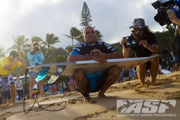 Kelly Slater preparing to paddle out at Pipeline. Image: ASP