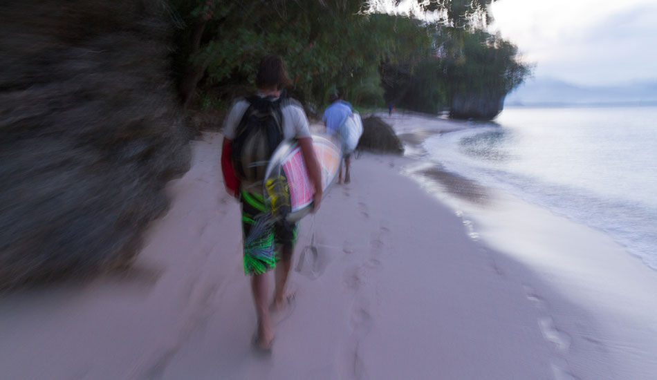 Hiking back at dusk - on the beach, over the rocks and through the cave. Photo: Callahan/SurfExplore
