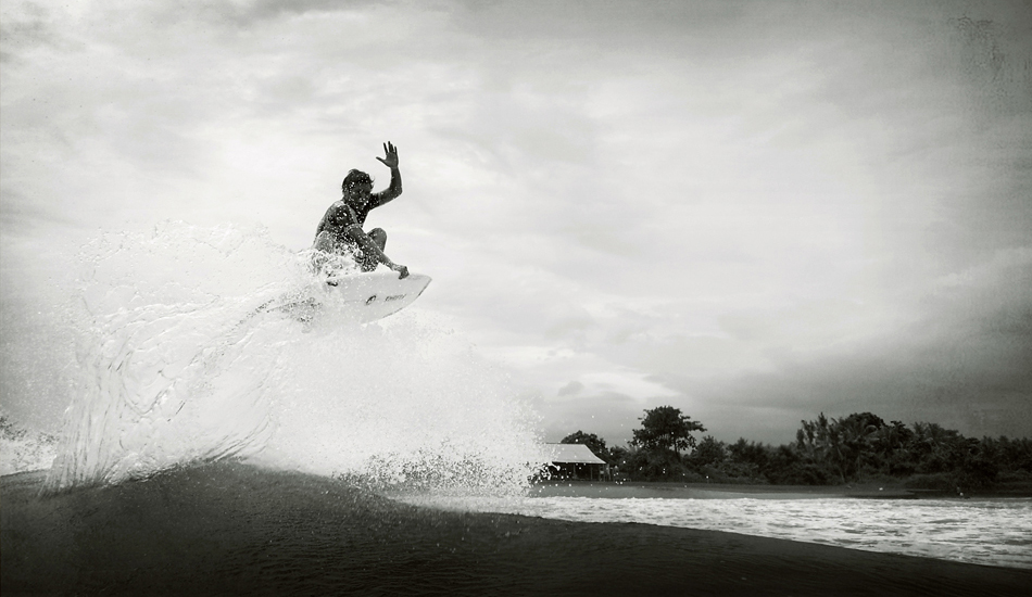 "Iketut Suartha, local de Sanur, gran conocedor de Keramas, donde pasa mas tiempo en el aire que en el agua. Iketut Suartha, local of Sanur, connoisseur of Keramas, where he spends more time in the air than in water. Image: <a href=\""http://lucashoot.blogspot.com\"">Tozzi</a></em></strong>"
