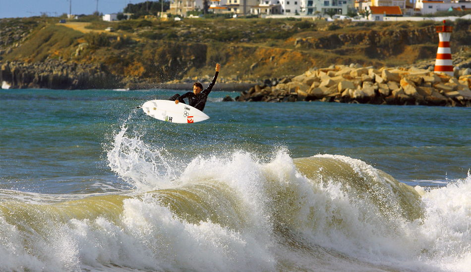 "Dane Reynolds, carisma y personalidad convertidos al surfing. Volando en Supertubos. Dane Reynolds, charisma and personality put into surfing. Flying in Supertubos. Image: <a href=""http://lucashoot.blogspot.com\"">Tozzi</a></em></strong>"