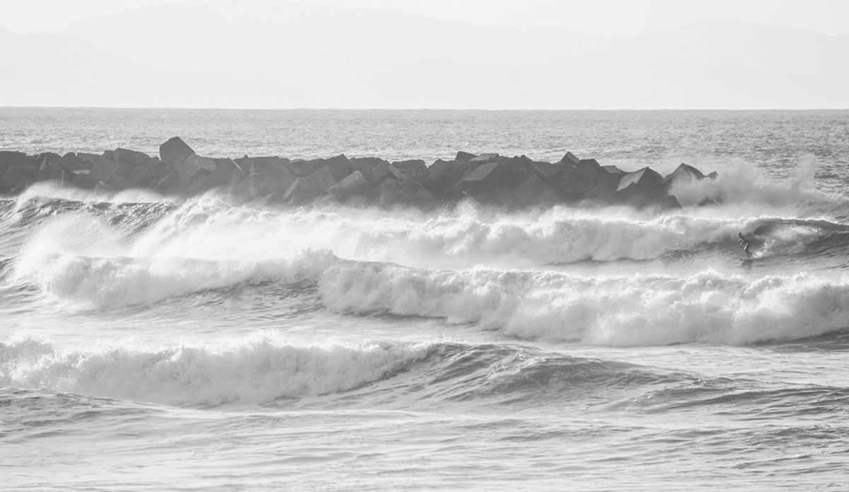 """Some big waves at Zurriola and a solo surfer going left. Photo: <a href=\""""http://picsfromwhereyoudratherbe.blogspot.com/\"""">Ale Romo</a>"""