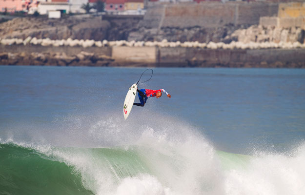 Kelly Slater's alley oop air at the 2010 Rip Curl Pro Portugal Finals