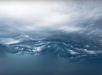 Eerie new cloud formation looks exactly like a wave.