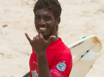 A competitor from the 2016 Indian Open of Surfing throws down some aloha vibes. Photo: Indian Open of Surfing