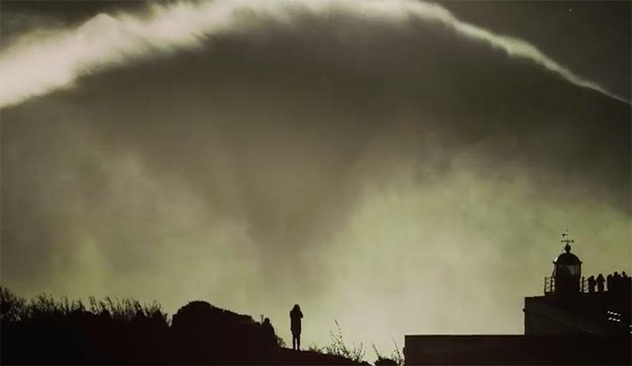אם כל הגלים: הוגו ואו גלש על מפלצת ענקית בנזארה