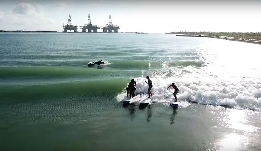 מיכליות, דולפינים וסשן בבריכת גלים - ג'יימי אובראיין כוכב עליון בטקסס
