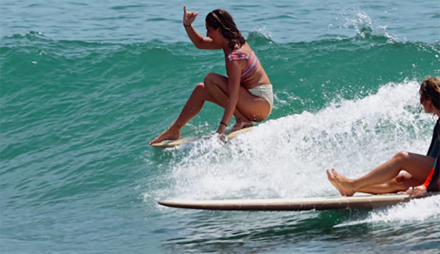 אחוות נשים, אהבת גלים: 7 גולשות, חברות, מחבקות את הים